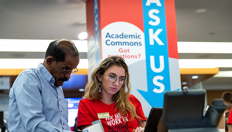 Student navigator Mia Simonetti, CCAS '19 helps connect the GW community with academic resources throughout the university. (Harrison Jones, CCAS '19/the George Washington University)